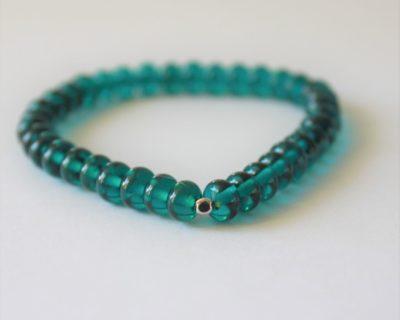 Bracelet fin de perles de verre bleu-vert