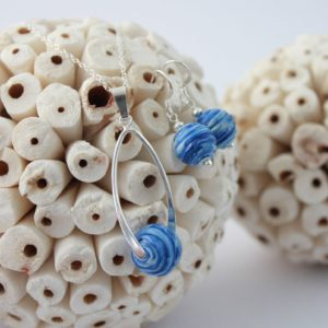 Collier et boucles d'oreilles, perles couleur bleu marbré
