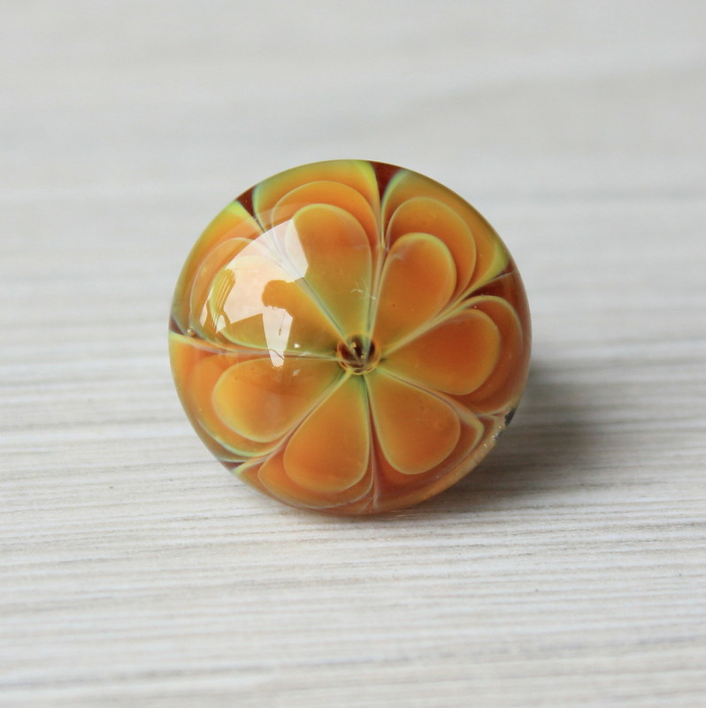 Bague en verre orange.