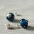 Une paire de boucles d'oreilles bleues.