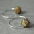 Petites créoles en argent avec perles en verre.