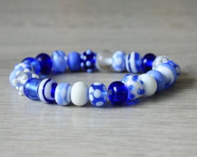 Un bracelet bleu en perles de verre de Murano.