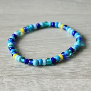Bracelet fin bleu en perles de verre filé.