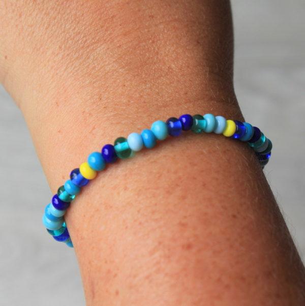 Bracelet fin bleu.