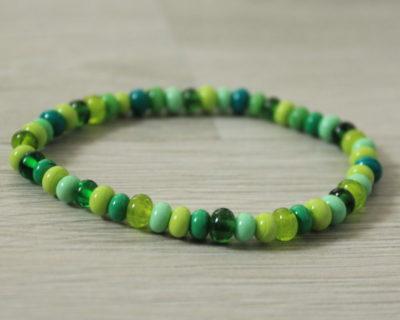 Bracelet fin vert en perles de verre filé.