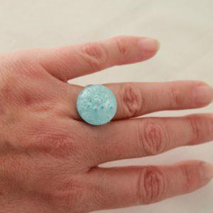 Bague bleue clair en verre et argent.