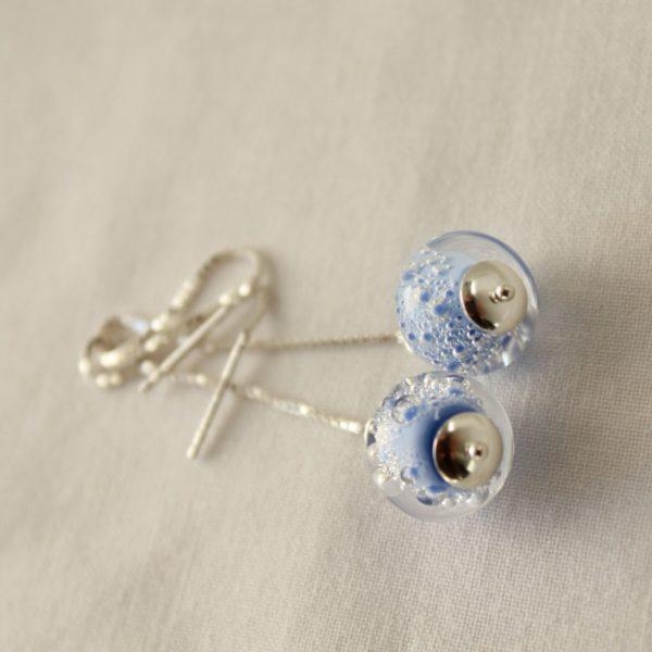 Boucles d'oreilles bleues sur chaîne.