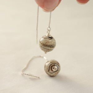 Boucles d'oreilles chaîne avec perles ivoire marbré
