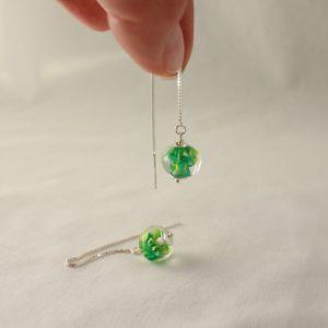 Boucles d'oreilles vertes sur chaîne
