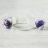 Boucles d'oreilles mauve avec perle en verre filé.