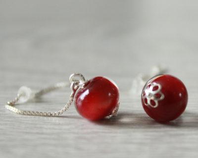 Boucles d'oreilles rouges avec des perles en verre filé.