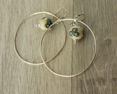 Créoles avec perle ivoire en verre de Murano.