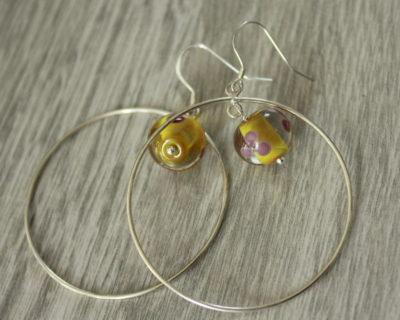 Créoles avec une perle en verre filé.