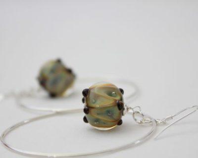 Créoles avec perle beige et ces petites bulles d'air
