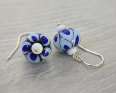 Boucles d'oreilles bleues en perles de verre.