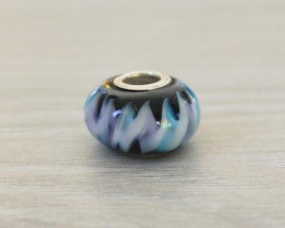 Perle charm en verre noir, turquoise et mauve.