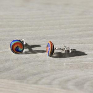 Puces d'oreilles multicolore en verre.