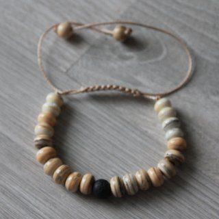 Bracelet de perles couleur ivoire et pierre de lave.