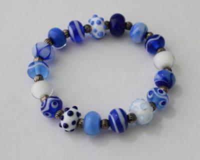 Bracelet bleu et blanc en perles de verre filé