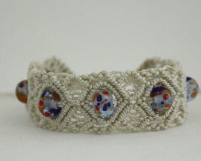 Bracelet en macramé crème et perles en verre colorés