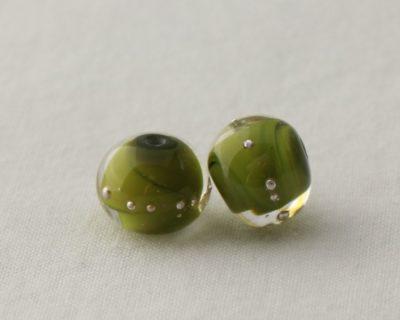 Deux perles vertes en verre filé au chalumeau
