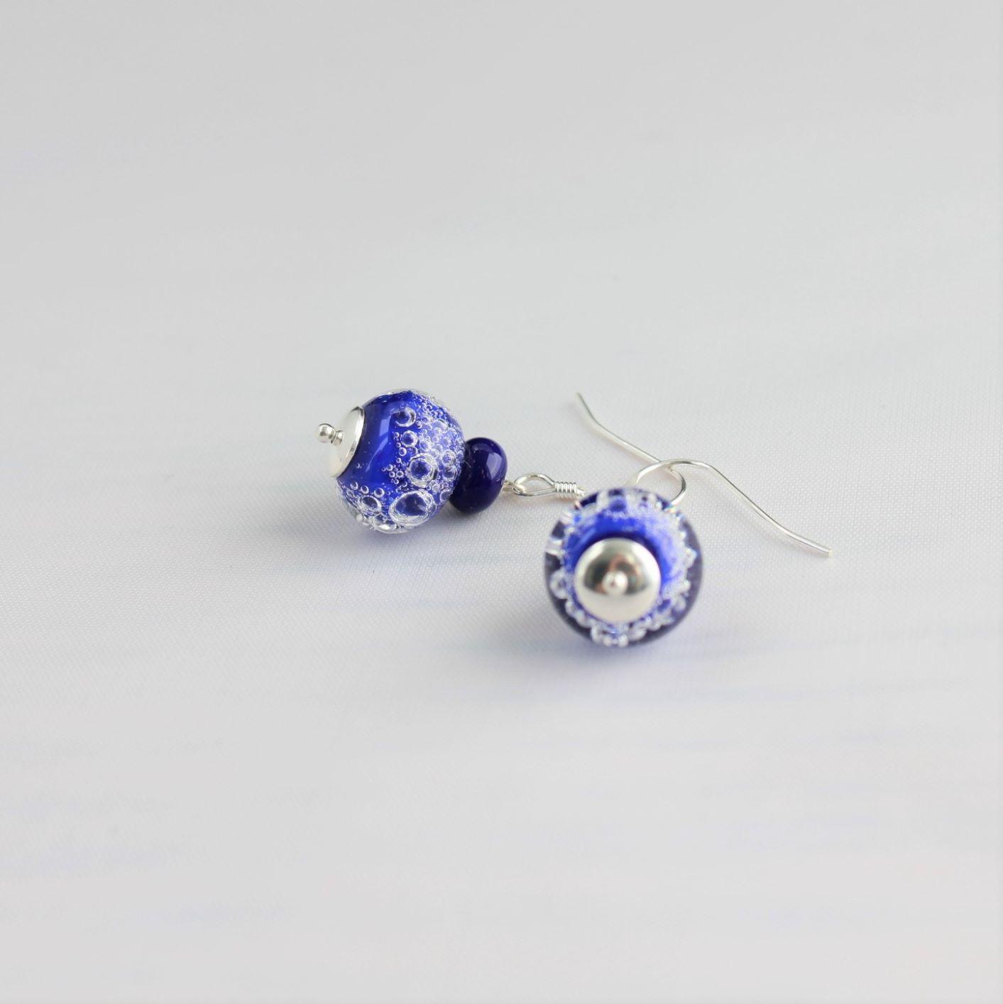 Boucles d'oreilles bleues foncées