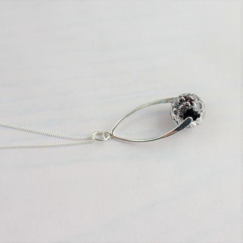 Collier pendentif torsadé avec perle noire