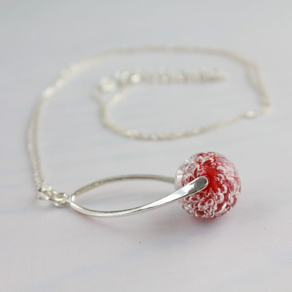Collier pendentif torsadé rouge