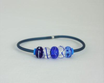 Bracelet caoutchouc et perles bleues en verre