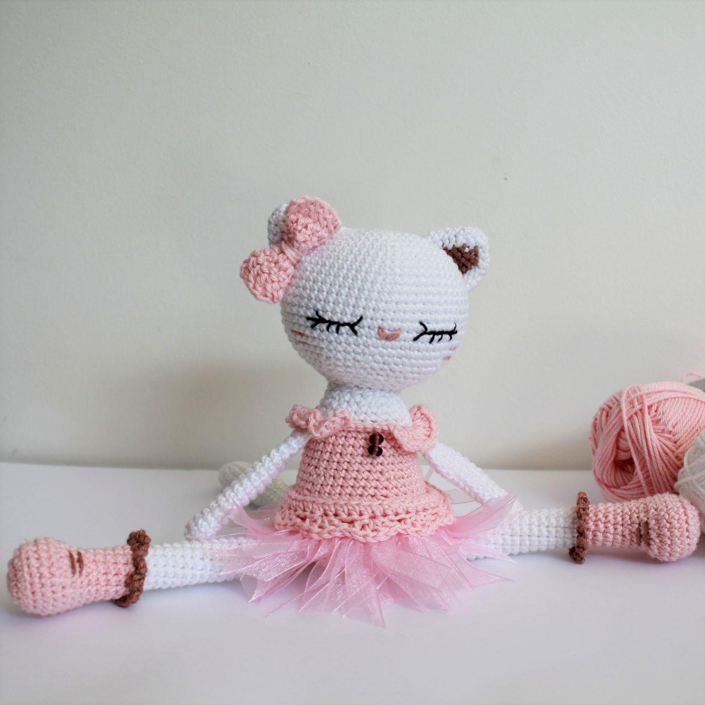 Chaton en crochet avec un tutu rose.
